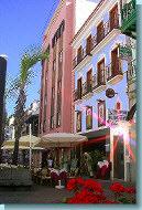 HNO-Praxis-Eingang im hellblauen Haus der der Calle Blanco Richtung Meer